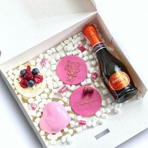 Zawartość pudełka na Dzień Matki - beza, 2 ciastka maślane oraz butelka Prosecco